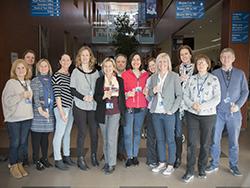web-un_grupo_de_profesores_y_directivos_de_caxton_college_celebrando_el_premio_recibido.jpg